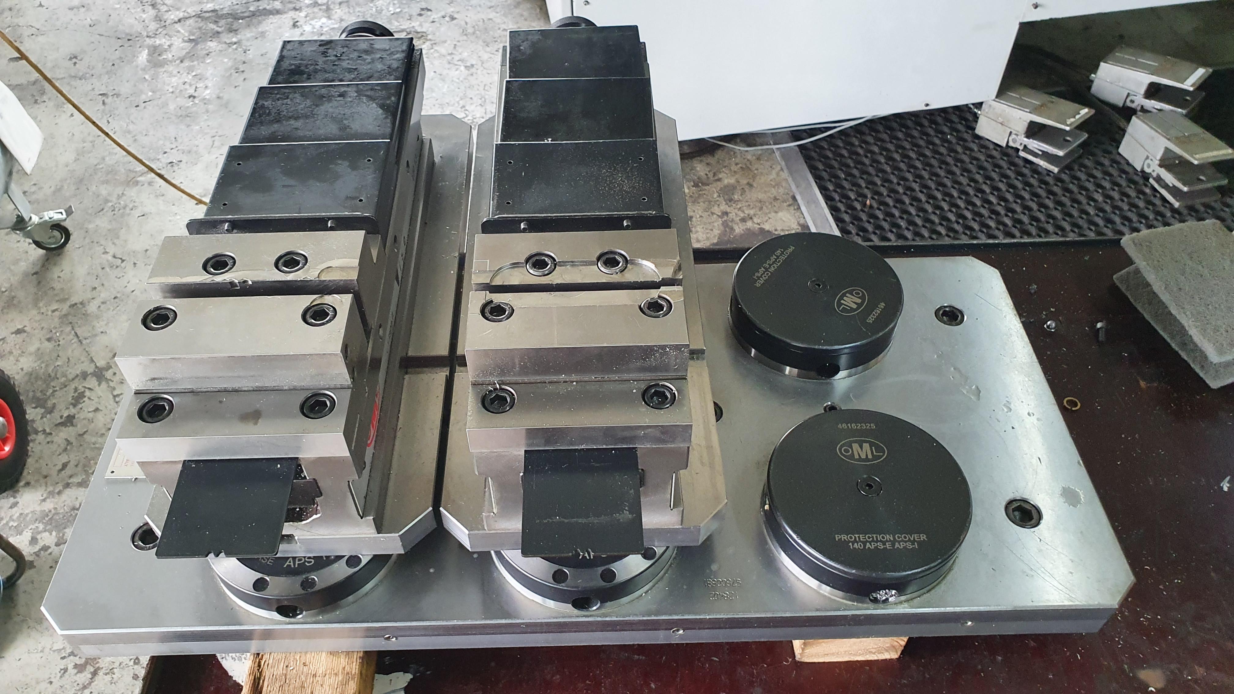 Nullpunktspannsystem mit 2x hydr. Schaubstock 130 mm